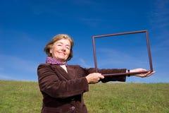 Glückliche Frau, die das Leben: genießt) Lizenzfreie Stockfotografie