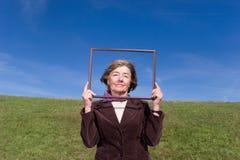 Glückliche Frau, die das Leben: genießt) Lizenzfreie Stockfotos
