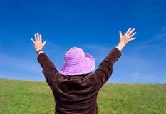 Glückliche Frau, die das Leben - gesehen von der Rückseite: genießt) Stockfotos