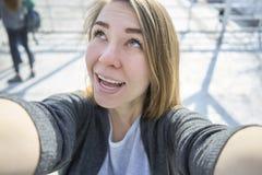 Glückliche Frau, die das selfie im Freien tut lizenzfreie stockfotos