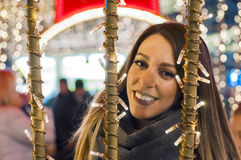 Glückliche Frau, die dem städtischen Weihnachtenvibe nachts glaubt Glückliches wom Stockfoto