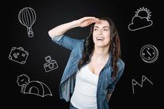 Glückliche Frau, die den Abstand beim Reisen untersucht Lizenzfreie Stockfotos