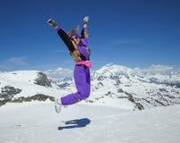 Glückliche Frau, die in die Berge springt Lizenzfreie Stockfotos