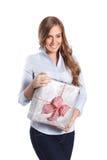Glückliche Frau, die ein eingewickeltes Geschenk hält Stockfotos
