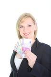 Glückliche Frau, die ein Gebläse der Euroanmerkungen anzeigt Stockfotografie