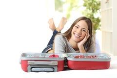 Glückliche Frau, die eine Reise plant lizenzfreie stockbilder