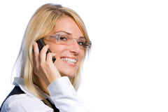 Glückliche Frau, die an einem Handy plaudert Stockfoto