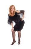 Glückliche Frau, die in einem schwarzen Kleid steht Stockbilder