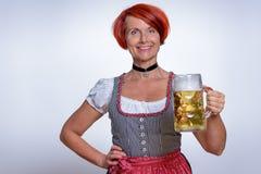 Glückliche Frau, die einen Becher kaltes Bier hält Stockfotos