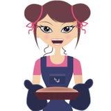 Glückliche Frau, die einen Kuchen lächelt und anhält Lizenzfreies Stockfoto
