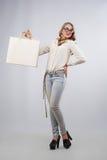 Glückliche Frau, die Einkaufstaschen mit leerem Kopienraum für Text zeigt Stockfotografie