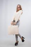 Glückliche Frau, die Einkaufstaschen mit leerem Kopienraum hält Stockbild