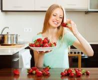 Glückliche Frau, die Erdbeere isst Lizenzfreies Stockfoto