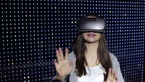 Glückliche Frau, die Erfahrung unter Verwendung der VR-Kopfhörergläser virtueller Realität erhält stock video