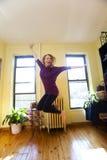 Glückliche Frau, die für Freude springt Lizenzfreie Stockfotos