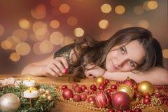 Glückliche Frau, die für Weihnachten sich vorbereitet Lizenzfreies Stockfoto