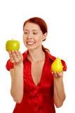 Glückliche Frau, die Früchte betrachtet Stockfotos