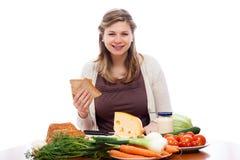 Glückliche Frau, die geht, Sandwiche zu bilden stockfotos
