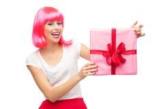 Glückliche Frau, die Geschenk anhält Lizenzfreies Stockfoto