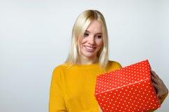 Glückliche Frau, die Geschenk hält Stockbilder