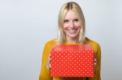 Glückliche Frau, die Geschenk hält Lizenzfreies Stockfoto