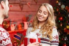 Glückliche Frau, die Geschenkbox von ihrem Freund empfängt Stockfotografie
