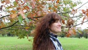 Glückliche Frau, die in Herbstpark geht stock video