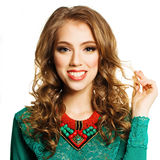 Glückliche Frau, die ihr gelocktes Haar zeigt Fachions-Modell Girl Isolated Stockbilder