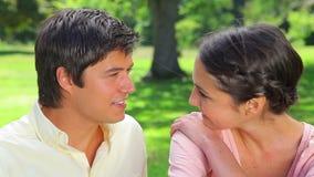 Glückliche Frau, die ihre Hand auf ihren Freund setzt stock video