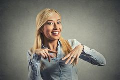 Glückliche Frau, die ihren Verpflichtungsdiamantring zeigt Lizenzfreies Stockbild