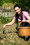 Glückliche Frau, die im Garten arbeitet Lizenzfreies Stockfoto