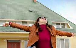 Glückliche Frau, die im Sonnenschein sich freut stockfotografie