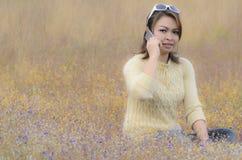 Glückliche Frau, die intelligentes Telefon spricht Stockfotos