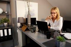 Glückliche Frau, die Laptop-Computer verwendet Stockbild