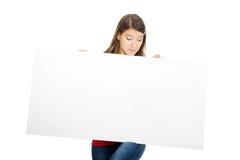 Glückliche Frau, die leere Fahne hält Lizenzfreie Stockfotografie