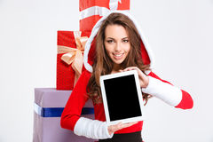 Glückliche Frau, die leeren Tablet-Computer-Schirm zeigt Stockfotografie