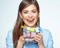 Glückliche Frau, die Marktlaufkatze mit Geschenkboxen hält Lizenzfreie Stockfotos