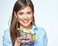 Glückliche Frau, die Marktlaufkatze mit Geschenkboxen hält Stockfoto