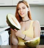 Glückliche Frau, die Melone hält Stockfoto