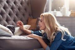 Glückliche Frau, die mit ihrer Katze spielt Lizenzfreie Stockfotos