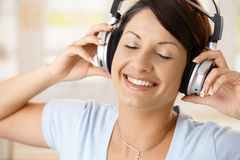 Glückliche Frau, die Musik auf Kopfhörern genießt Lizenzfreies Stockbild