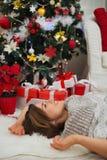 Glückliche Frau, die nahe Weihnachtsbaum legt Lizenzfreies Stockbild