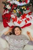 Glückliche Frau, die nahe Weihnachtsbaum legt. Obere Ansicht Lizenzfreie Stockbilder
