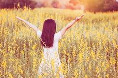 Glückliche Frau, die Natur genießt stockfoto