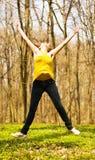 Glückliche Frau, die in Natur springt Stockfoto