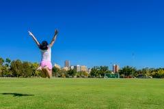 Glückliche Frau, die oben in Adelaide-Stadt springt Stockfotografie