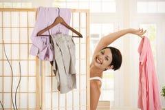 Glückliche Frau, die oben ankleidet Lizenzfreies Stockfoto