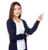 Glückliche Frau, die oben mit ihrem Finger zeigt lizenzfreies stockbild