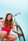 Glückliche Frau, die oben Reifenreifen mit Fahrradpumpe pumpt Stockfoto