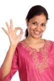 Glückliche Frau, die OKAYzeichen zeigt Lizenzfreie Stockfotografie